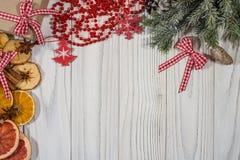 中看不中用的物品蓝色圣诞节构成玻璃 云杉的分支用干桔子, grapef 图库摄影