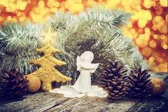 中看不中用的物品蓝色圣诞节构成玻璃 圣诞节链子、树、天使、锥体和星 免版税图库摄影