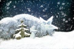 中看不中用的物品蓝色圣诞节构成玻璃 圣诞节链子、树、天使和中看不中用的物品在雪 免版税库存照片