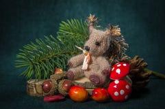 中看不中用的物品蓝色圣诞节构成玻璃 手工制造-编织的灰鼠 免版税库存图片