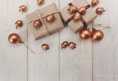 中看不中用的物品蓝色圣诞节构成玻璃 有串和丝绸麻线和工艺纸、金黄橡子和球的当前箱子 空白木表 库存照片