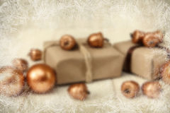 中看不中用的物品蓝色圣诞节构成玻璃 有串和工艺纸、金黄橡子和球的当前箱子 白色结冰的作用 免版税库存照片