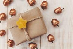 中看不中用的物品蓝色圣诞节构成玻璃 有麻线和工艺纸的,金黄橡子当前箱子 白色木桌,枣星 库存照片