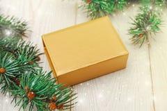 中看不中用的物品蓝色圣诞节构成玻璃 树枝框架,金黄当前箱子 空白木表 库存图片