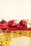 中看不中用的物品蓝色圣诞节构成玻璃 红色中看不中用的物品、丝带和链子在明亮的背景 免版税库存图片