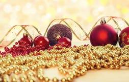 中看不中用的物品蓝色圣诞节构成玻璃 红色中看不中用的物品、丝带和链子在明亮的背景 库存图片