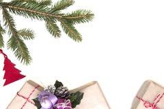 中看不中用的物品蓝色圣诞节构成玻璃 绿色冷杉twings、Xmas礼物和装饰在白色背景 顶视图,平的位置 复制空间 库存照片