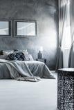 中立灰色卧室室内设计 免版税图库摄影