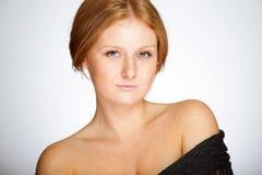 中立背景的红头发人女孩 免版税库存图片