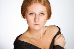 中立背景的红头发人女孩 图库摄影