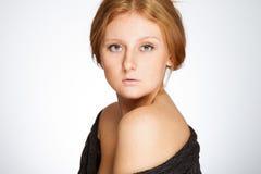 中立背景的红头发人女孩 免版税库存照片