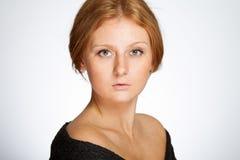 中立背景的红头发人女孩 免版税图库摄影