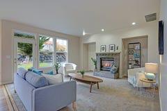 中立颜色的欢迎家庭娱乐室 免版税图库摄影