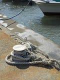 中等大小小船的停泊别针 免版税图库摄影
