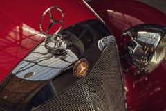 中等大小豪华汽车奔驰车170S敞蓬车B W191的敞篷装饰品, 1951年 免版税库存照片