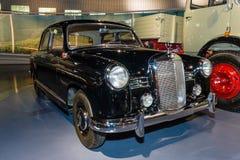 中等大小豪华汽车奔驰车180 (W120), 1955年 免版税库存照片