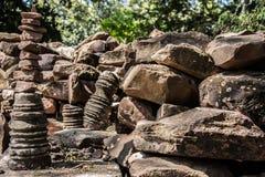 中等看法老石头被仿造的纹理背景 免版税库存照片