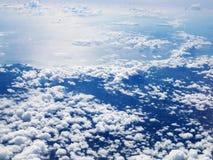 中级cloudscape高积云白色云彩 高积云在stratocumuliform的中间高度云彩 从飞机白色飞行的看法 免版税库存图片