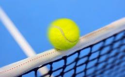 击中网的网球 免版税库存图片