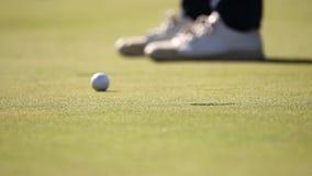 击中芯片的高尔夫球运动员 股票录像