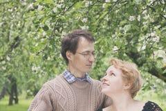 中部变老了丈夫,并且开花的苹果树的妻子从事园艺 库存图片