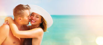 中部变老了享受浪漫夏天海滩假日的夫妇 库存照片