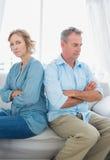 中部变老了夫妇坐沙发不讲话在figh以后 库存图片