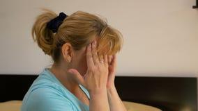中部变老了遭受偏头痛的房子妻子按摩她的寺庙和前额 股票录像