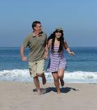 中部在沙滩的年迈的夫妇 免版税图库摄影