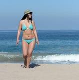 中部沙滩的年迈的妇女 免版税库存照片