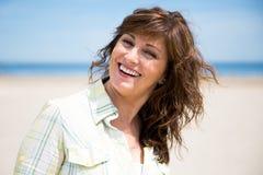 中部海滩的相当年迈的妇女 免版税库存图片