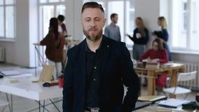 中部画象变老了在看照相机的黑衣服的老练的欧洲财务辅导者商人在现代办公室 股票视频