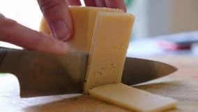 中部的宏指令变老了切与刀子的厨师乳酪在木板,额外关闭 股票录像