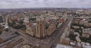 中部的鸟瞰图在莫斯科,俄罗斯 在莫斯科河、高尔基公园、繁忙运输和小船的桥梁 股票录像