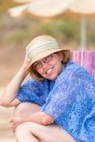 中部美丽的夏天画象变老了太阳帽子的妇女 免版税库存图片