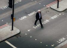 中部高透视图变老了穿过街道的伦敦市中部年迈的官员工作者 免版税库存照片