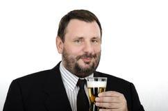 中部年迈的人拿着贮藏啤酒玻璃 库存图片