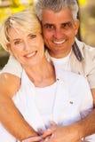 中部年迈的夫妇拥抱 免版税库存照片