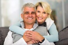 中部年迈的夫妇放松 免版税库存照片