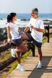 中部年迈的夫妇海滩 免版税库存照片