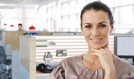 中部年迈的女性办公室工作者画象  免版税库存照片