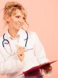 中部年迈的女性医生 免版税库存照片