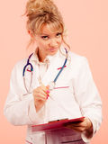 中部年迈的女性医生 免版税库存图片