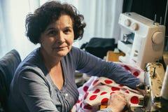 中部年迈的妇女缝合 免版税库存图片