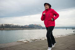 中部年迈的妇女跑步 免版税图库摄影