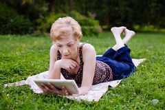 中部年迈的妇女画象惊奇,当使用片剂在时 库存照片