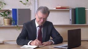中部年迈的领导写笔记 股票视频
