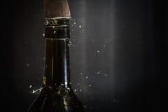 击中酒瓶上面有锤子的 库存图片