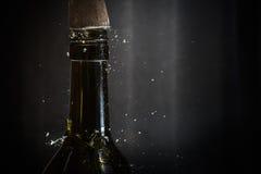 击中酒瓶上面  免版税图库摄影
