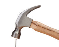 击中钉子的锤子 免版税库存照片